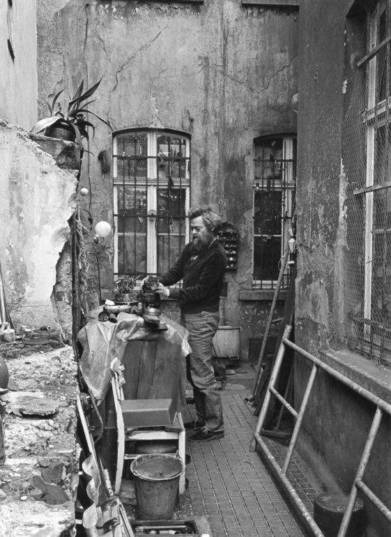 Fotografie von Werner im Hof seines (Eltern-)Hauses in der Bahnstraße 21, in Mülheim an der Ruhr.